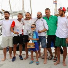 Posádka Energon s putovním pohárem pro vítěze.