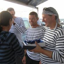 Předávání vítězného poháru v rozjížďce.