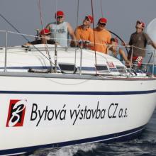 Vítězný tým Bytová výstavba se soustředí při trimování spinakru.