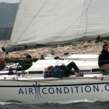Tým AirCondition projiždí kolem ostrova v navigační etapě.