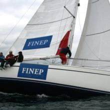 Tým FINEP se připravuje k vytažení spinakru.