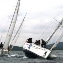 Lodě jedou ostře proti větru...