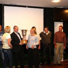 Vítězný tým BYTOVÁ VÝSTAVBA přebírá putovní pohár.