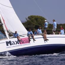 Max Real dojíždí do cíle se spinakrem.
