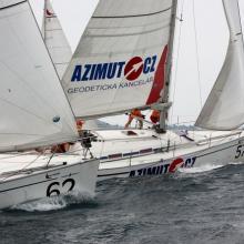 Azimut.cz a Everest ostří proti větru u závětrné bóje v první rozjížďce Stavební regatty 2010.