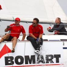 Bomart dotahuje plachty před dojezdem do cíle první rozjížďky.