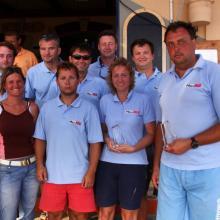 Vyhlášení výsledků prvního závodního dne v baru Maritimo. Vítězové obou prvních rozjížděk, Max Real.