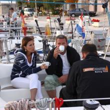 Kávička na palubě Maxx kuchyně. Radka Salaquardová, George Dammers a Petr Kolář.
