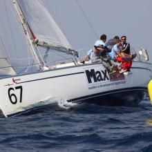 Max Real se blíží k první bóji třetí navigační rozjížďky Stavební regatty 2010.
