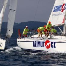 Azimut.cz a Konstruktiva Konsit se blíží k první bóji třetí rozjížďky Stavební regatty 2010.