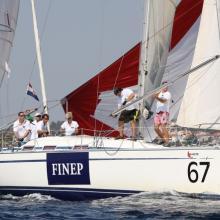 Posádka FINEP vytahuje spinakr.