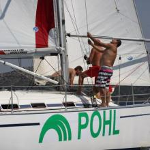 Posádka POHL vytahuje spinakr.