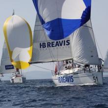 HB Reavis se blíží k závětrné bóji a připravuje stahování spinakru.