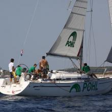 Posádka POHL dojíždí na boční vítr do cíle.