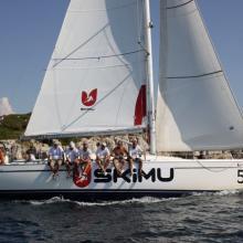SkiMu obeplouvá ostrov při navigační rozjížďce.
