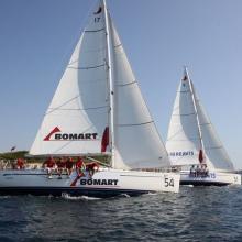 Bomart a HB Reavis obeplouvají ostrov při navigační rozjížďce.