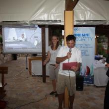 Vyhlášení průběžných výsledků na ostrově Žut.