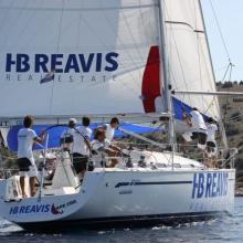 Posádka HB Reavis vytahuje spinakr.
