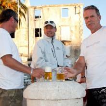 Občerstvení po příjezdu do mariny Milná na ostrově Brač.