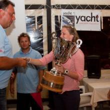Oficiální předání putovního poháru při slavnostním zakončení.