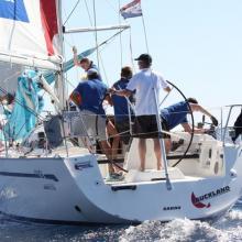 Loď FINEP s jachtařem Pavlem Bobkem za kormidlem, který byl zařazen do Olympijského programu pro Londýn 2012.