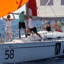 Druhý nováček, posádka ADR, v akci s nasazováním pně pro spinakrovou plachtu.