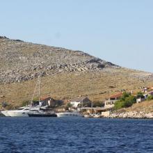 Zátoka Opat na jihu hlavního ostrova Kornati. Nové místo na kotvení pro letošní ročník.