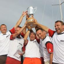 Šťastní vítězové spolu s putovním pohárem.